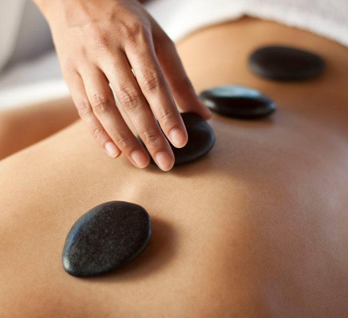 ritual con piedras calientes o volcánicas. reservas en nuestro centro de masajes en sevilla